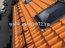 Монтаж снегозадержателей на крыше мансардного типа