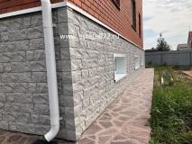 Процесс монтажа фасадных панелей, отливов и откосов.